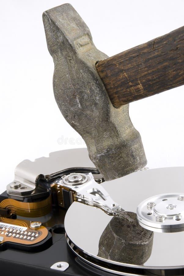 De harde schijf van de computer onder hamer stock foto's