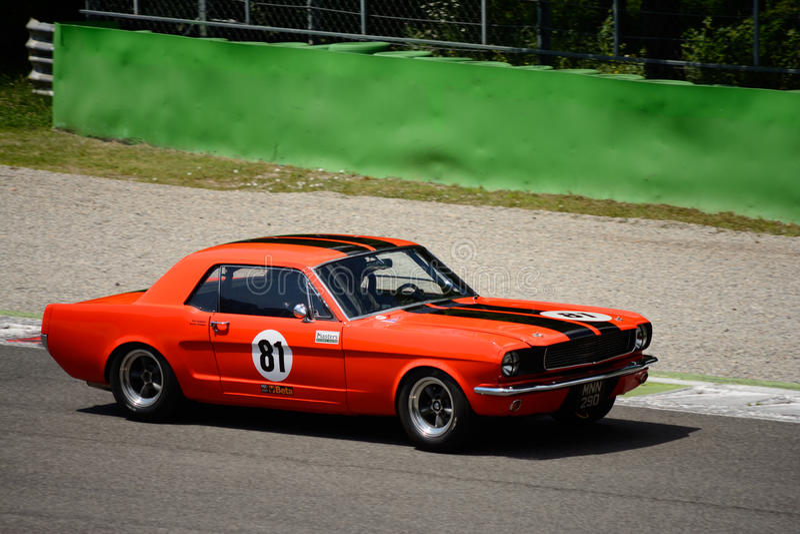 1966 de Hardtop Van de eerste generatie Ford Mustang in Monza royalty-vrije stock foto's