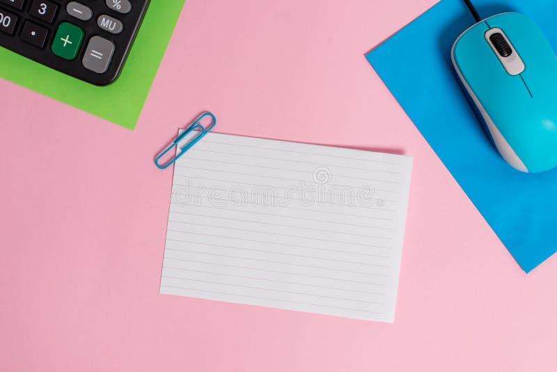 De hardwaregadget drie van de draad knipt uitstekend elektronisch muis lege document bladen calculator gekleurde lege teksten als royalty-vrije stock foto