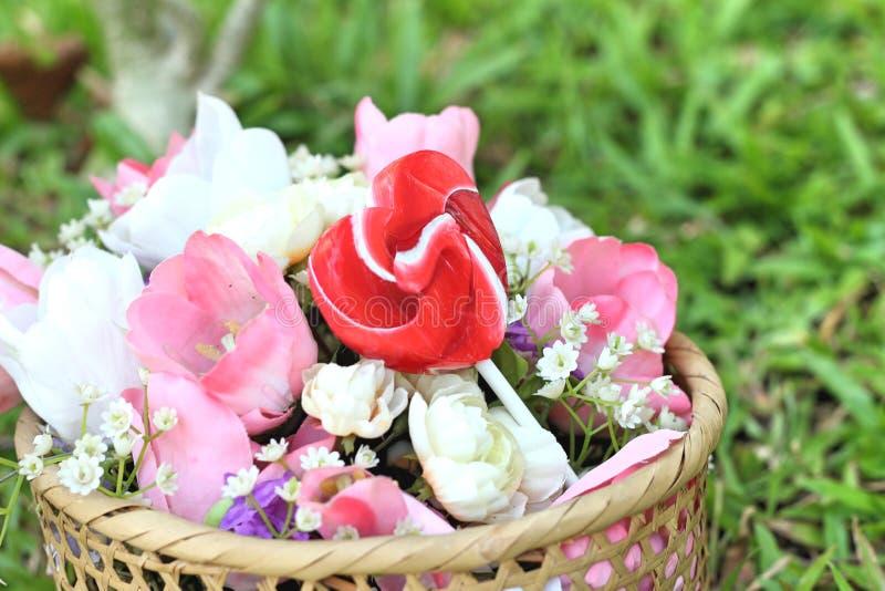 De harten van suikergoedvalentijnskaarten en kunstbloemen stock afbeelding