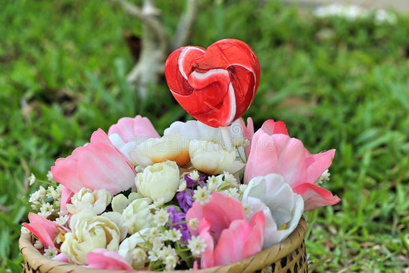De harten van suikergoedvalentijnskaarten en kunstbloemen royalty-vrije stock afbeelding