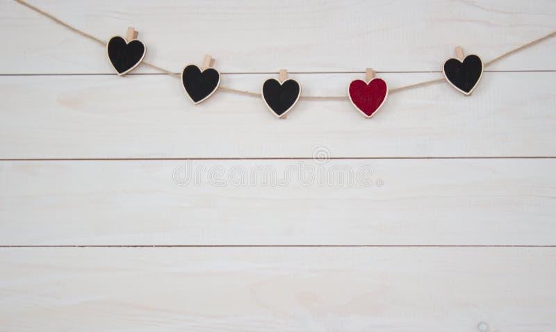 De harten van Valentine ` s hangin op natuurlijke koord Houten witte achtergrond stock foto's