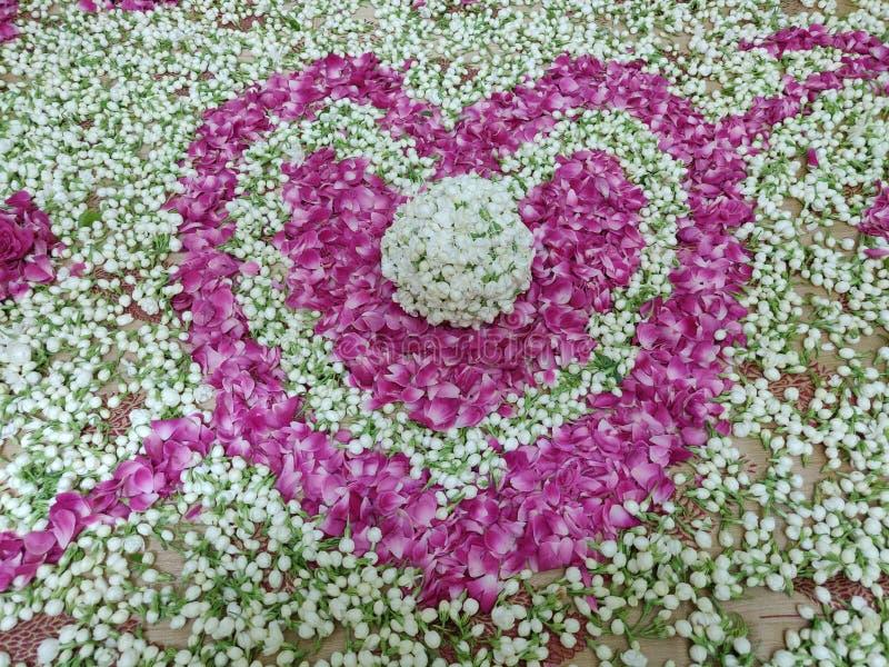 De hartvorm maakte met jasmijn en nam bloemblaadjescombinatie toe royalty-vrije stock afbeeldingen