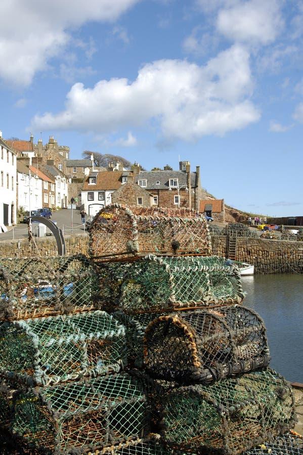 De haven en de zeekreeftpotten van Crail stock afbeeldingen