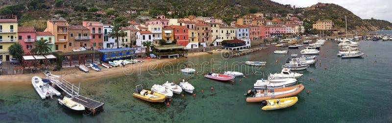De haven, het strand en de promenade in Isola del Giglio stock foto's