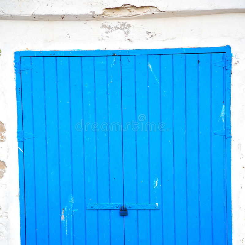 in de haven houten deur van Afrika Marokko ol D en de blauwe hemel royalty-vrije stock fotografie