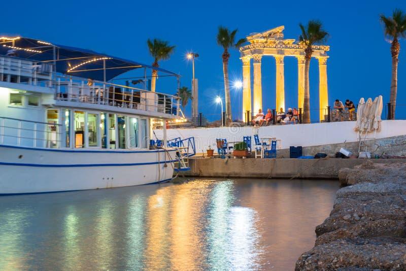De haven met boten in Kant bij nacht, Turkije stock afbeeldingen