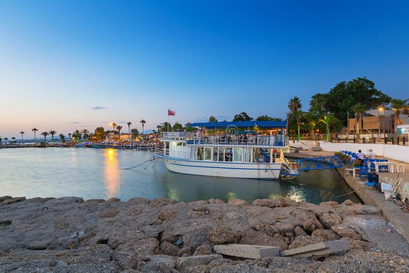 De haven met boten in Kant bij nacht, Turkije royalty-vrije stock afbeelding