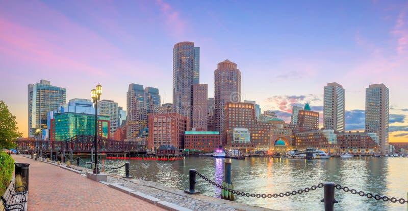 De Haven van Boston en Financieel District bij schemering, Massachusetts royalty-vrije stock afbeeldingen