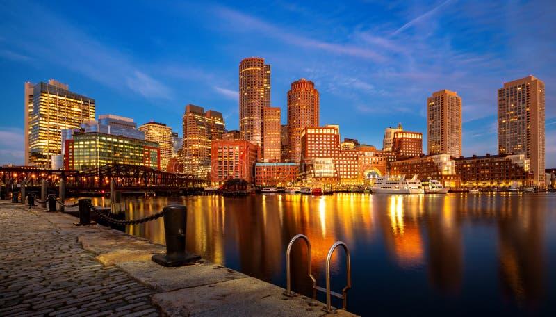 De haven van Boston met cityscape en horizon op zonsondergang stock foto