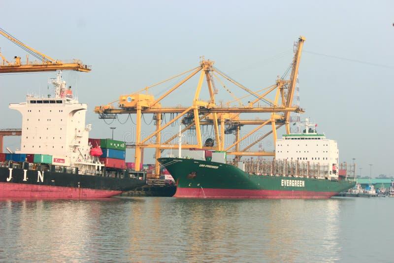 In de haven van Chittagong staan vrachtschepen op de Karnaphuli stock foto