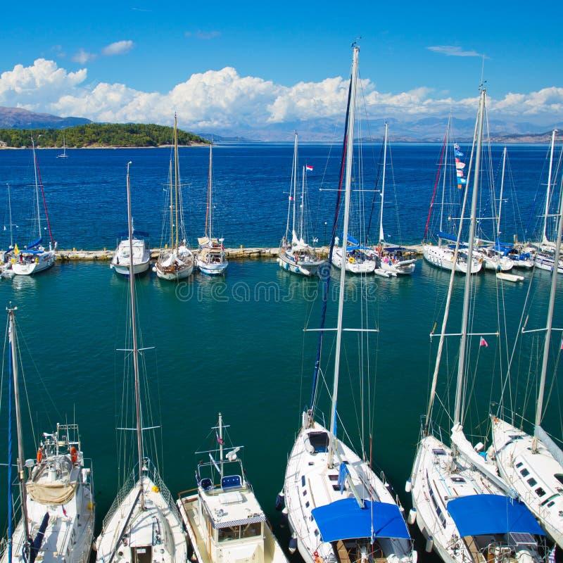 De haven van de jachthaven bij het eiland van Korfu stock fotografie