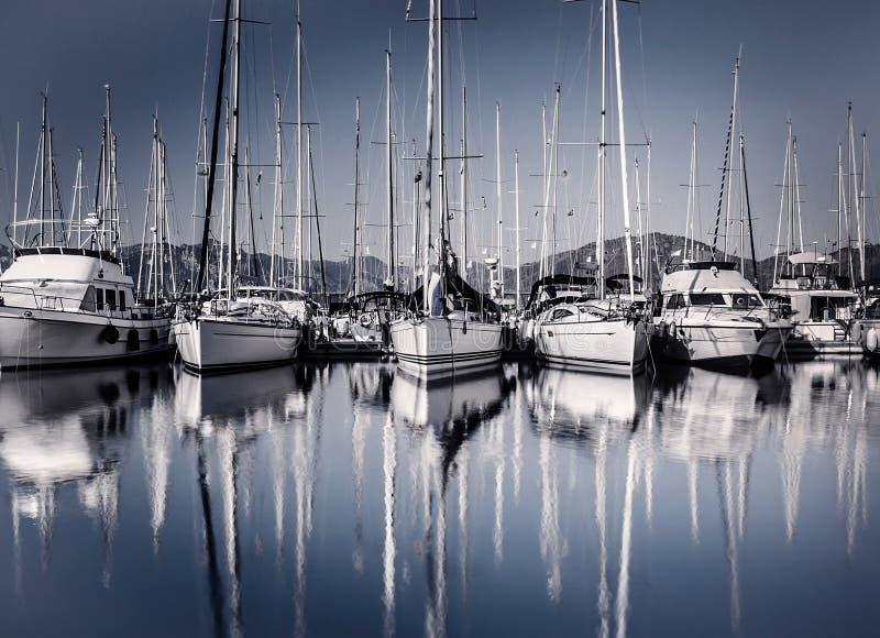 De haven van de zeilboot in avond stock foto