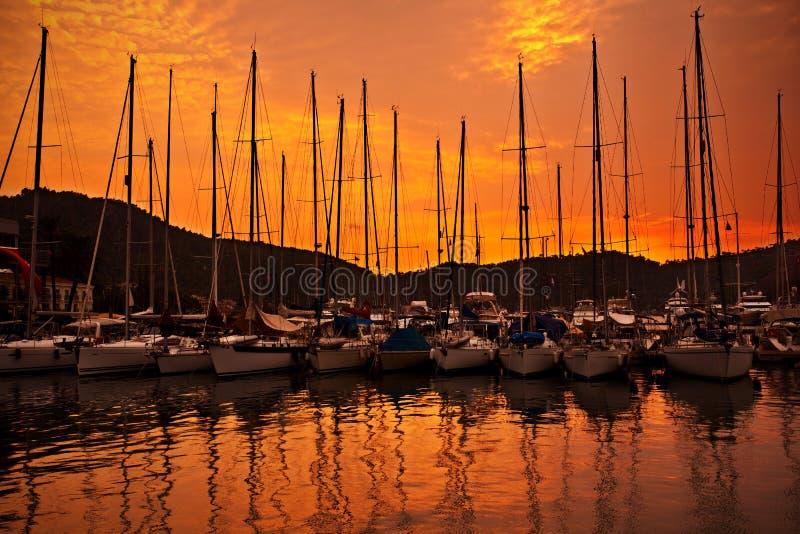 De haven van het jacht over oranje zonsondergang royalty-vrije stock afbeelding