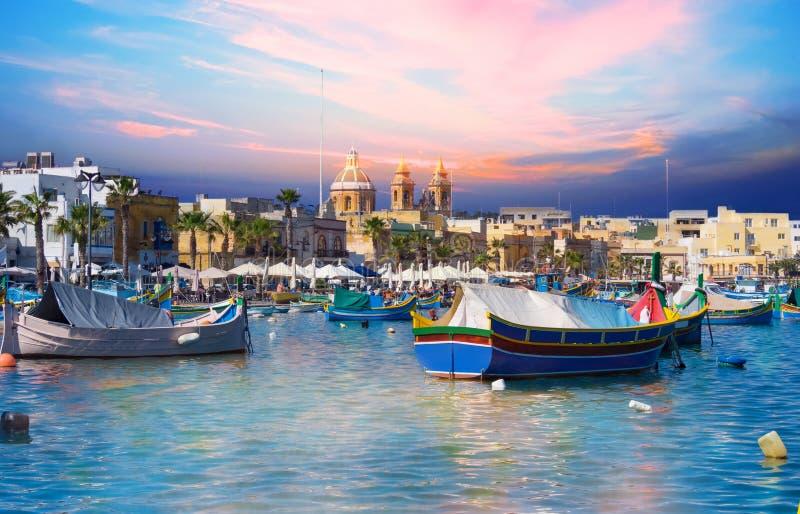 De haven van het Marsaxlokkdorp van Malta met boten op overzees royalty-vrije stock afbeelding