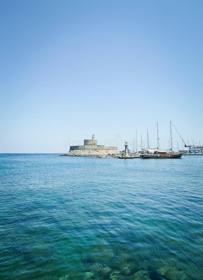 De haven van Mandraki stock afbeeldingen