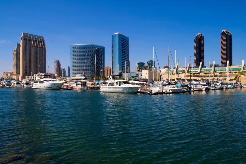 De Haven van San Diego en de stad in stock afbeeldingen