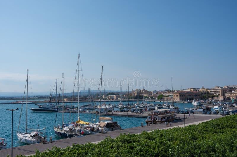 De haven van Syracuse op het eiland Ortygia, Sicilië, Italië stock foto