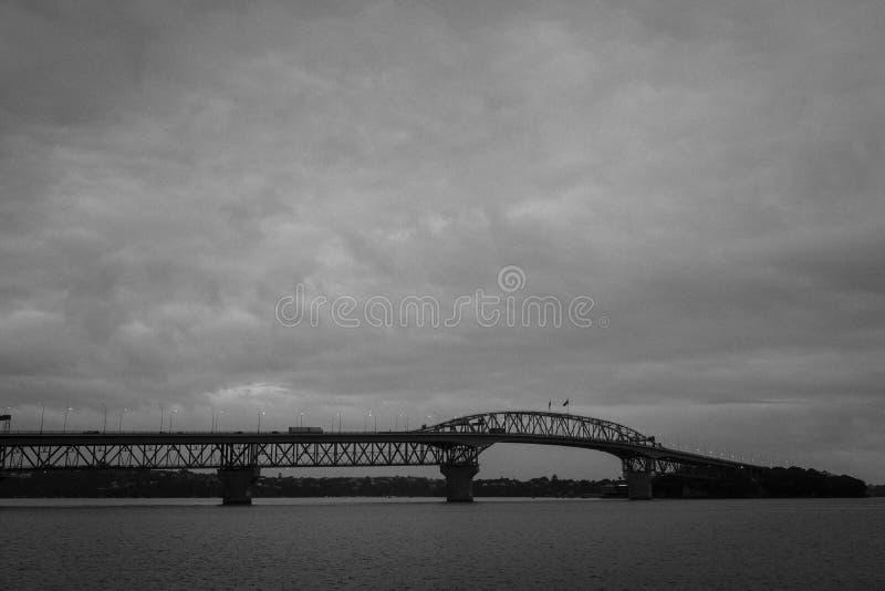 De havenbrug van Auckland bij schemer stock afbeelding