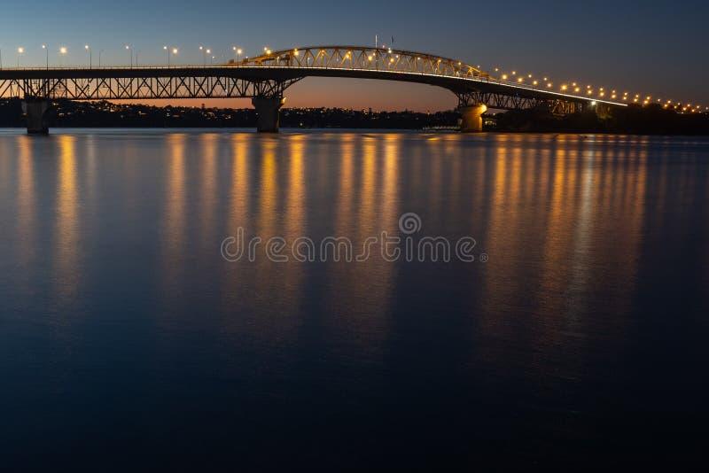 De de havenbrug van Auckland stak omhoog bij nacht aan royalty-vrije stock afbeeldingen