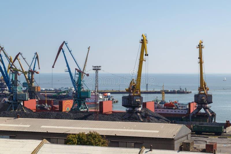 De havenkranen laden steenkool in schepen stock fotografie