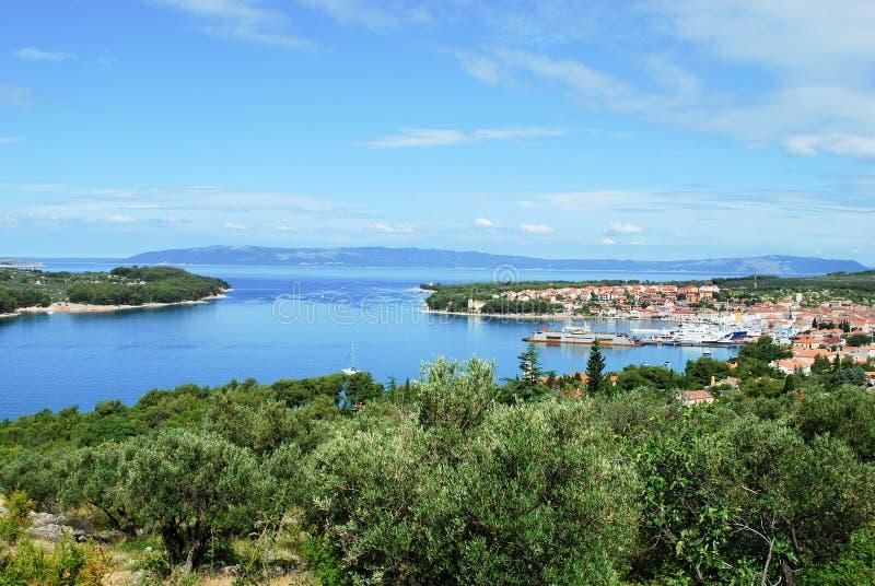 De havenlagune van Cres-eiland in Kroatië met vastgelegde boten en schepen royalty-vrije stock foto