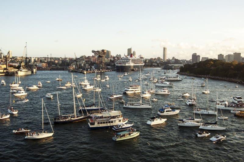 De havenpanorama van Sydney met jachten Queen Mary 2 op de achtergrond royalty-vrije stock foto