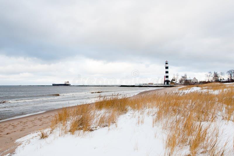 De havenvuurtoren van Riga bij de kustlijn in de winter royalty-vrije stock foto's