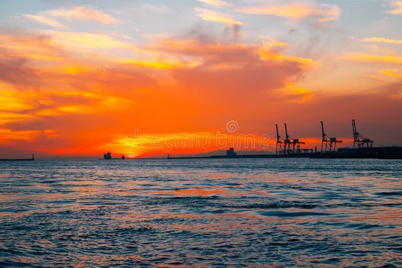 De havenzonsondergang van Osaka in Japan stock afbeeldingen