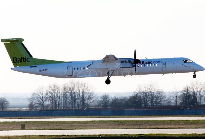 De Havilland airBaltic de aterrizaje Canadá DHC-8-402Q estralla 8 aviones imagen de archivo libre de regalías
