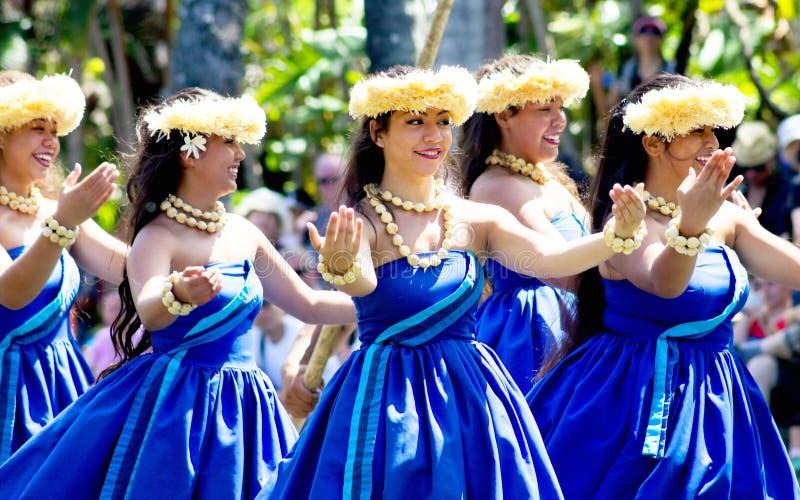 De Hawaiiaanse dansers op een kano drijven op het Polynesische Culturele Centrum stock fotografie