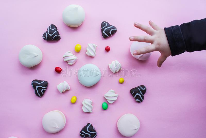 De heemst, de peperkoek en het suikergoed worden geschikt in een cirkel op een roze achtergrond, hoogste mening snoepjes in een c royalty-vrije stock afbeeldingen