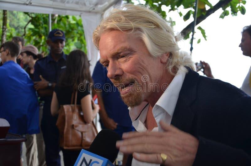 De heer Richard Branson spreekt tegen haai het zuiveren stock afbeelding