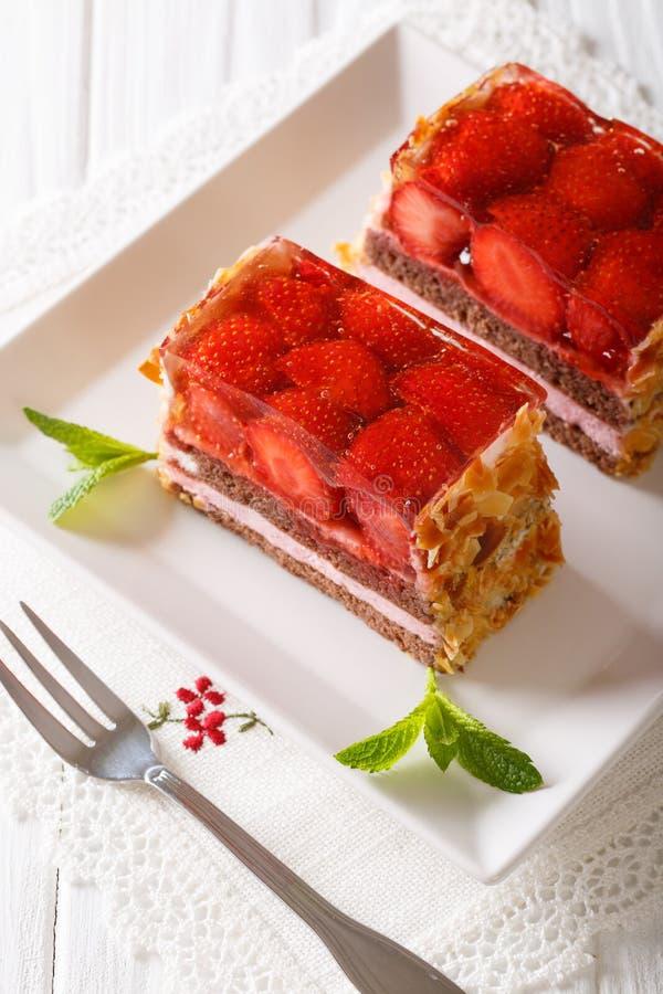 De heerlijke cake van de aardbeichocolade met geleiclose-up op een plat stock foto's