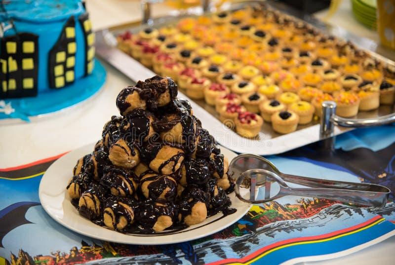 De heerlijke cake van de profiterolechocolade stock foto's