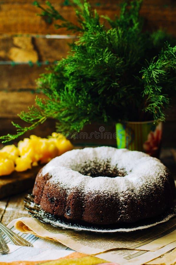 De heerlijke cake van de veganistchocolade Chocoladecake met marsepein en stock foto