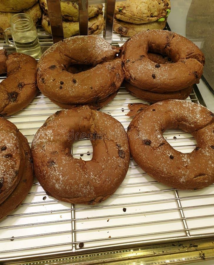 de heerlijke doughnuts met chocoladeschilfer op bovenkant stock foto