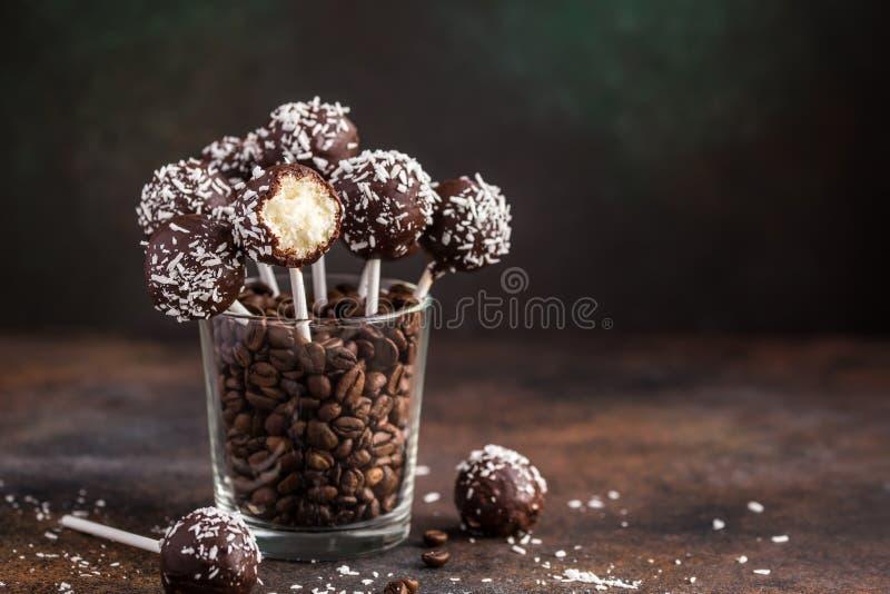De heerlijke eigengemaakte kokosnoot en chocoladecake knalt royalty-vrije stock foto