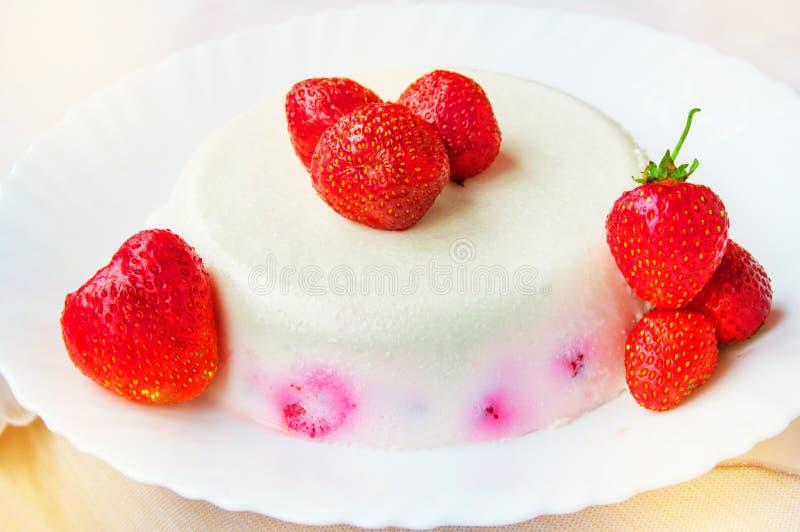 De heerlijke eigengemaakte room van het cakedessert met aardbeien op een witte plaat, uitstekend zoet voedsel royalty-vrije stock foto's