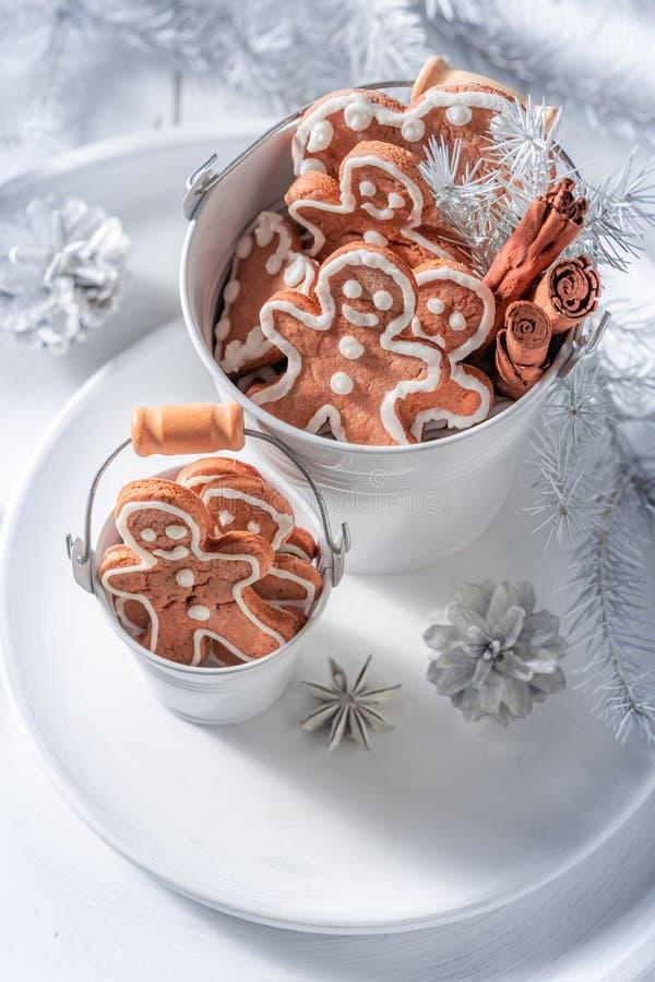 De heerlijke en aromatische mens van de Kerstmispeperkoek in kleine emmer royalty-vrije stock afbeeldingen