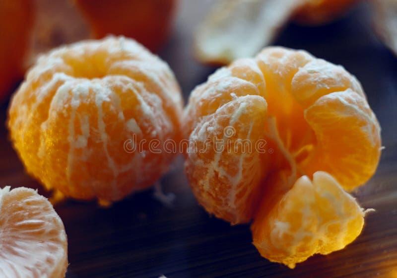 De heerlijke fruit-mandarijnen liggen op een Raad stock foto's