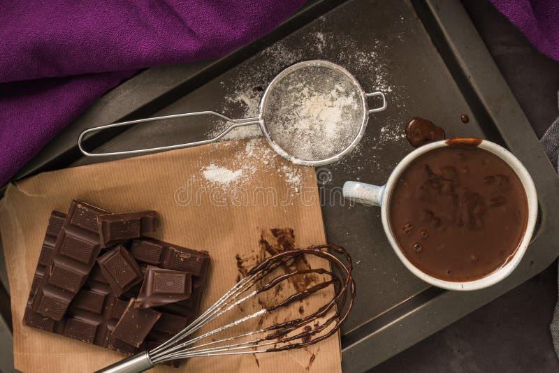 Download De Heerlijke Gesmolten Chocoladesaus In Mok Met Zwaait Op Lijst Stock Afbeelding - Afbeelding bestaande uit zwart, baksel: 107706011