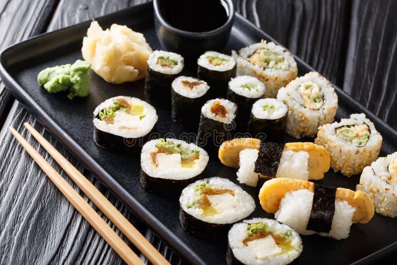 De heerlijke Japanse sushi rolt groot vastgesteld close-up op een plaat horizontaal royalty-vrije stock afbeeldingen