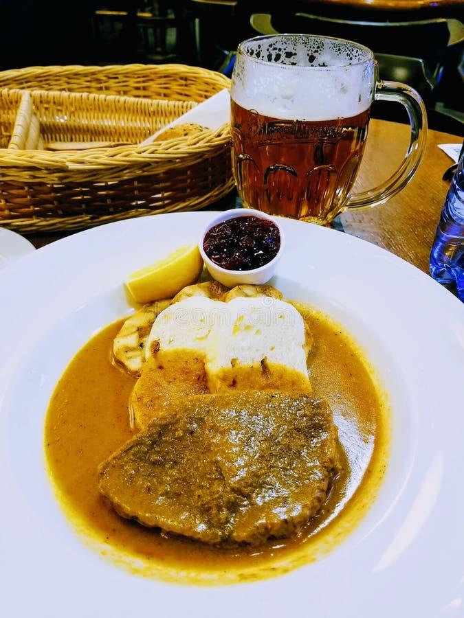 De heerlijke plaat van het gehaktbrooddiner bij Tsjechisch restaurant royalty-vrije stock afbeeldingen
