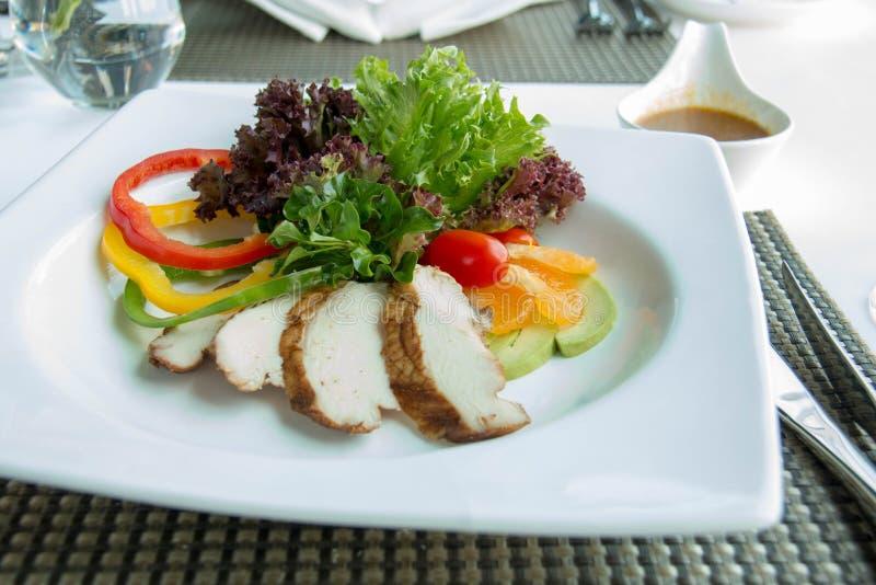 De heerlijke salade van de kippenplak in witte plaat stock foto's