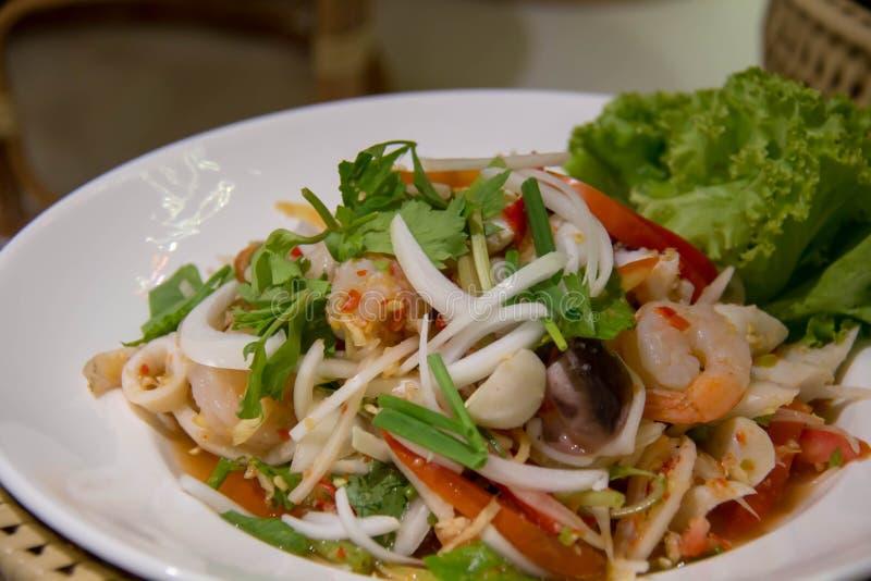De heerlijke Schotel van de Pijlinktvis Kruidige Salade; Yummy Lunchmaaltijd met Gestoomde Rijst stock foto
