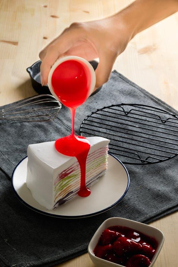 De heerlijke zoete laag van de de regenboogkleur van de dessertbakkerij omfloerst cakewi stock foto's