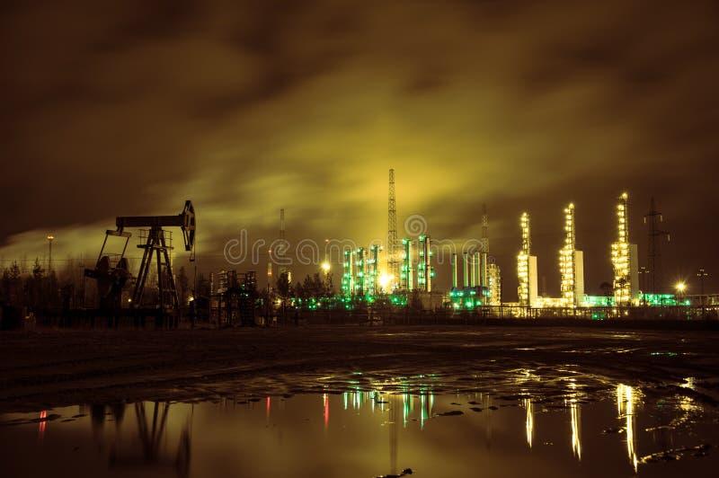De hefboom en grangemouth de raffinaderij van de pomp bij nacht royalty-vrije stock foto's