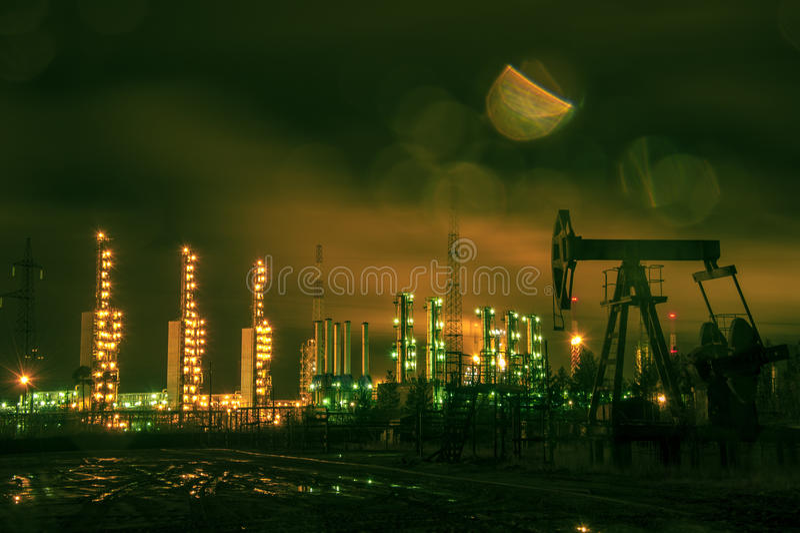 De hefboom en grangemouth de raffinaderij van de pomp bij nacht stock afbeelding