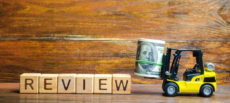 De heftruck vervoert een bundel dollars voor recensie van het abonnement Audit van bedrijven en ondernemingen, overheidsagentscha royalty-vrije stock foto's